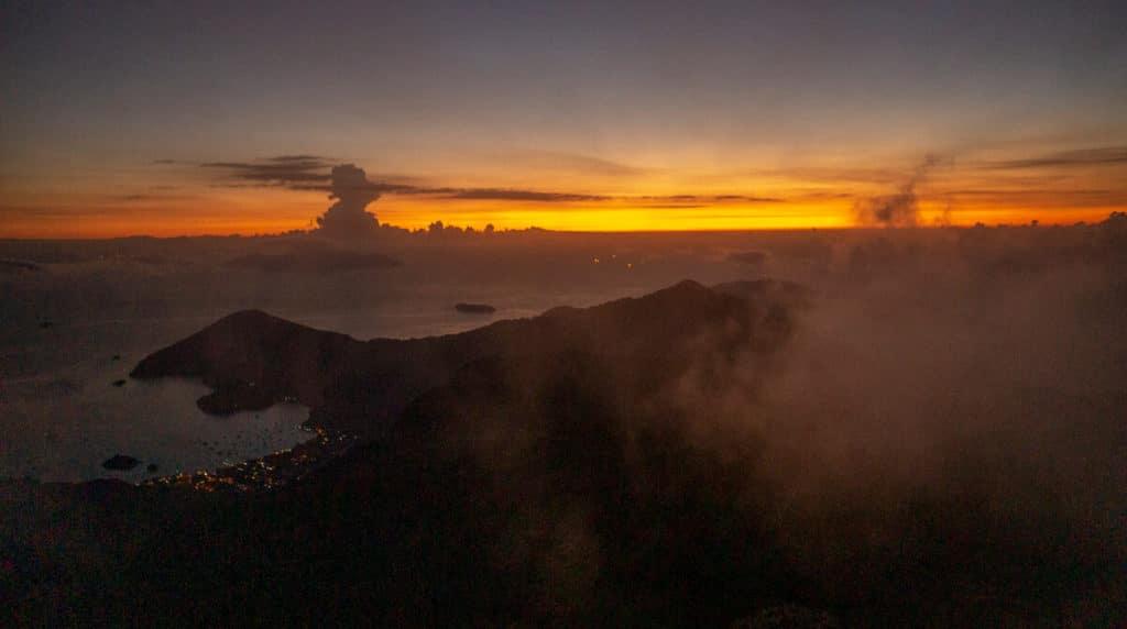 Sunrise during the Pico do Papagaio Hike